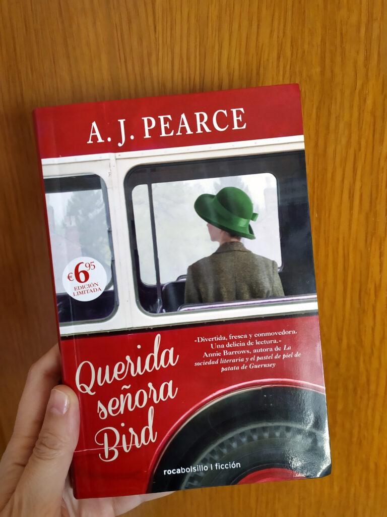 Querida señora Bird es una novela de A. J. Pearce y publicada por Roca Editorial, que nos sitúa en el Londres de 1940.