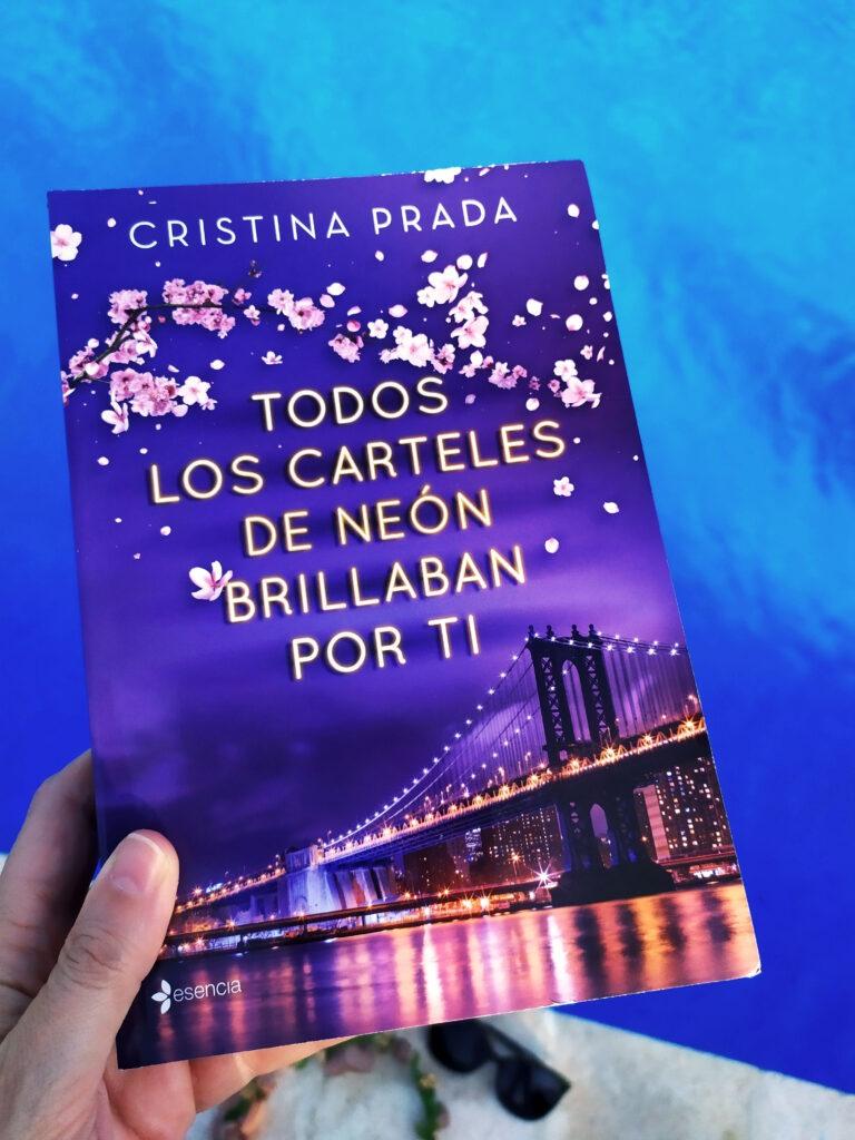 Todos los carteles de neón brillaban por ti de Cristina Prada y publicada por esencia editorial.
